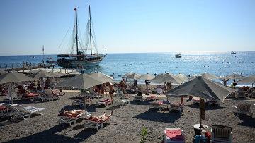 Пляж одного из отелей в Анталье. Архивное фото.