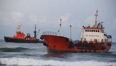 Севший на мель танкер Надежда. Архивное фото
