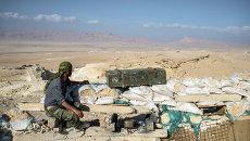 Боец из подразделения Сирийской Хезболлы на наблюдательном пункте в 20 км к западу от Пальмиры
