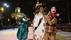 Участники театрализованного парада цирковых акробатов и барабанщиков на открытии самого крупного катка в Европе на ВДНХ