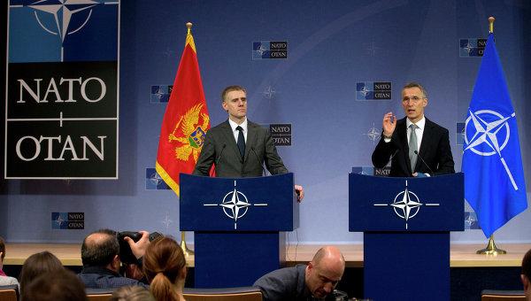 Генеральный секретарь НАТО Йенс Столтенберг и министр иностранных дел Черногории Игорь Лукшич на пресс-конференции в штаб-квартире НАТО в Брюсселе. Архивное фото