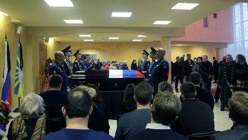 Жители Липецка во время церемонии прощания с героем России подполковником Воздушно-космических сил России Олегом Пешковым, погибшем в Сирии