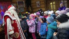 Посетители экскурсии по терему Деда Мороза в московской усадьбе Деда Мороза в Кузьминках