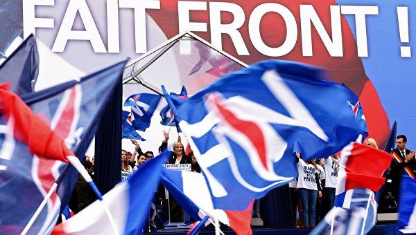 Лидер французской крайне правой партии Национальный Фронт Марин Ле Пен (в центре). Архив