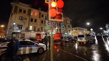 Сотрудники правоохранительных органов проводят следственные действия на остановке общественного транспорта на улице Покровка в Москве, где произошел взрыв неизвестного взрывного устройства. Архивное фото