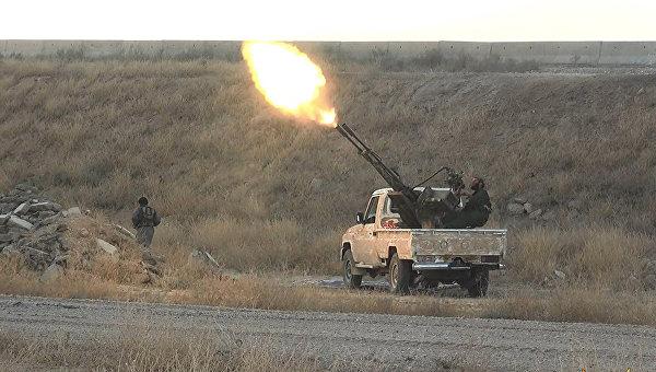 Боевики ИГ (ДАИШ) на позиции возле города Эль-Хасака, Сирия. Архивное фото