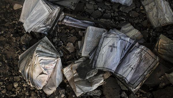 Сожженные боевиками ИГ (ДАИШ) древние христианские книги в храме Святого Георгия в провинции Эль-Хасаке на северо-востоке Сирии.