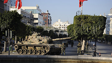 Солдаты стоят возле танка на улице Туниса. Архивное фото