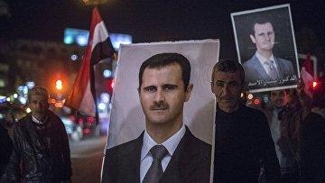 Сирийцы с портретами Башара Асада, архивное фото