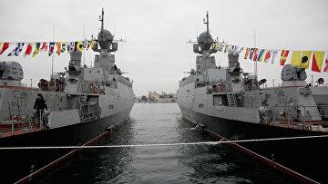 Подъем флагов ВМФ на новых малых ракетных кораблях Зеленый Дол и Серпухов. Архиное фото