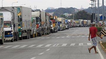 Очередь из автомобилей в порту города Батангас после того, как все паромы были отменены из-за тайфуна на Филиппинах