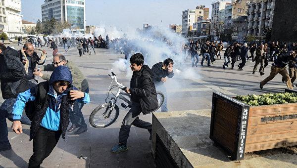 Полиция разгоняет демонстрантов во время акции протеста против комендантского часа в городе Диярбакыр. Архивное фото