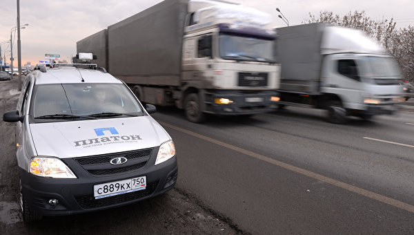 Автомашина контроля оплаты проезда пользователей государственной системы взимания платы Платон на одной из подмосковных автодорог