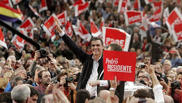 Лидер Испанской социалистической рабочей партии Педро Санчес во время предвыборных мероприятий. Архивное фото