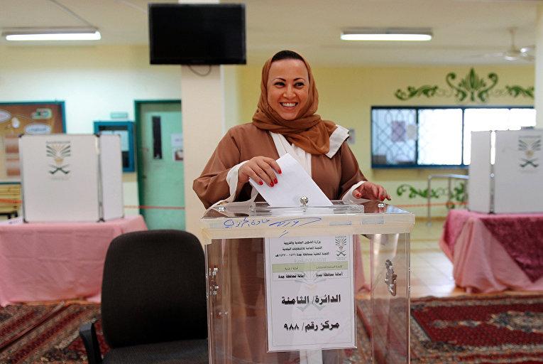 Женщина на избирательном участке в прибрежном городе Джидда, Саудовская Аравия