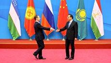 Председатель правительства РФ Дмитрий Медведев и премьер Государственного совета КНР Ли Кэцян перед началом совета глав правительств стран ШОС