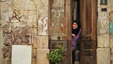 Местная жительница на улице города Латакия в Сирии