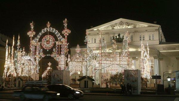 Вид на здание Большого театра на Театральной площади в предновогодней Москве. Архивное фото