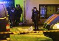 Сотрудники правоохранительных органов на месте происшествия в центре Москвы на улице Солянка, где неизвестный из автомобиля застрелил мужчину.
