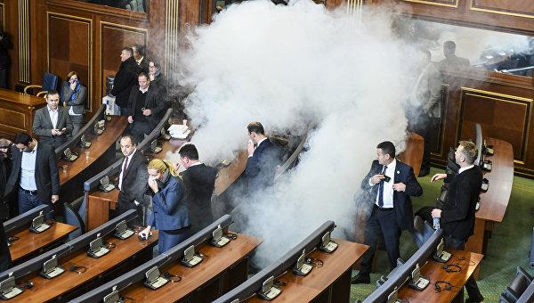 Слезоточивый газ на заседании парламента Косово. Архивное фото