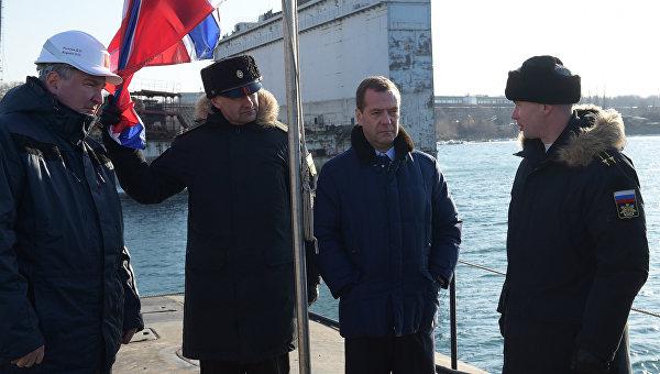Председатель правительства России Дмитрий Медведев во время осмотра модернизированной атомной подводной лодки К-419 Кузбасс в ходе посещения ОАО Дальневосточный завод Звезда во Владивостоке