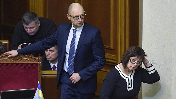 Премьер-министр Украины Арсений Яценюк и министр финансов Наталья Яресько на заседании Верховной Рады Украины