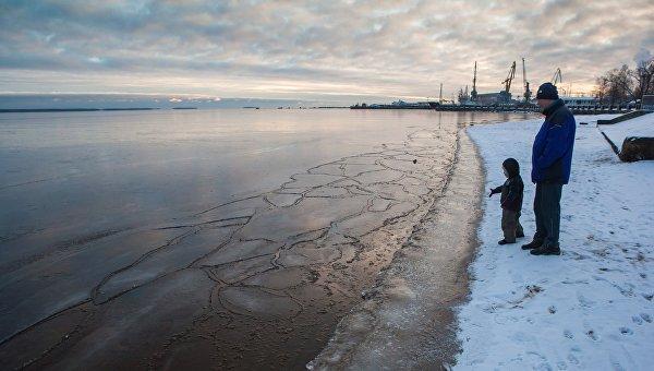 Жители Петрозаводска на берегу Онежского озера. Архивное фото
