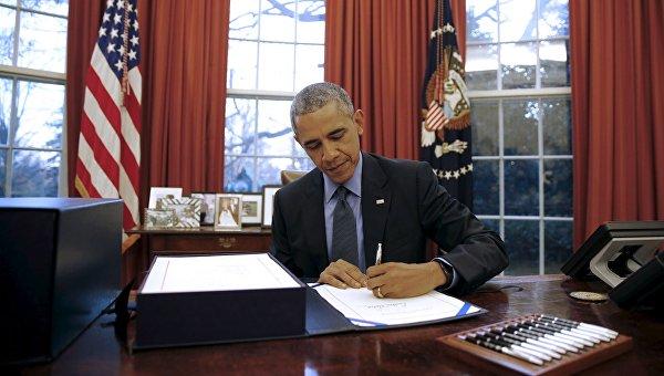 Барак Обама подписывает бюджет США