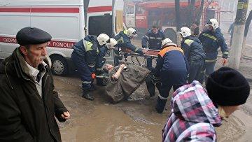 Сотрудники МЧС РФ эвакуируют жителей разрушенного в результате взрыва бытового газа многоэтажного дома по улице Космонавтов в Волгограде.