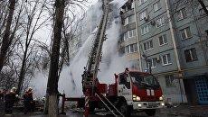Сотрудники МЧС РФ у разрушенного в результате взрыва бытового газа многоэтажного дома по улице Космонавтов в Волгограде