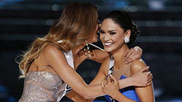 Мисс Колумбия Ариадна Гутиере и Мисс Филиппины Пиа Алонзо во время участия в конкурсе Мисс Вселенная-2015