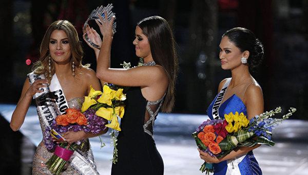 Паулина Вега снимает корону с Ариадны Гутиере, чтобы отдать ее Пие Алонсо Вуртсбах