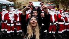 Пара делает селфи во время рождественского парада в Бейруте, Ливан