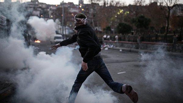 Столкновения протестующих с полицией в Стамбуле. Архивное фото