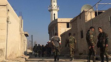Военнослужащие Сирийской арабской армии на территории взятого под контроль района Мардж аль-Султан на юго-востоке Дамаска. Архивное фото