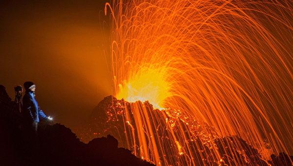 Наострове Реюньоне начал извергаться вулкан Питон-де-ла-Фурнез