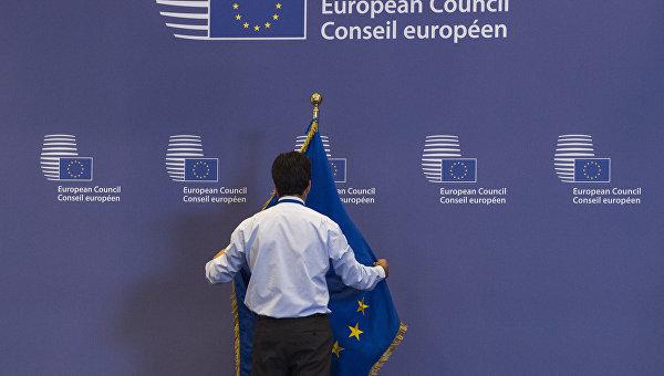 Служащий поправляет флаг в здании Совета Европы в Брюсселе, Бельгия. Архивное фото