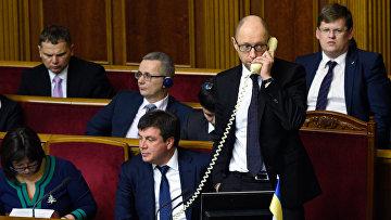 Премьер-министр Украины Арсений Яценюк разговаривает по телефону на заседании Верховной Рады Украины