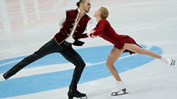 Татьяна Волосожар и Максим Траньков выступают в произвольной программе парного катания на чемпионате России по фигурному катанию в Екатеринбурге.