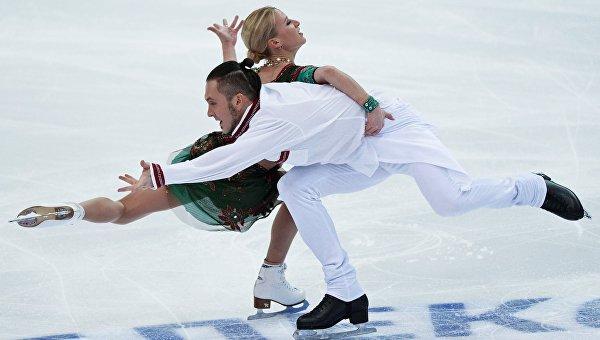 Татьяна Волосожар и Максим Траньков выступают в короткой программе парного катания на чемпионате России