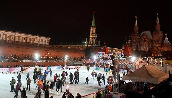 Посетители на открытии ГУМ-Катка на Красной площади. Архивное фото