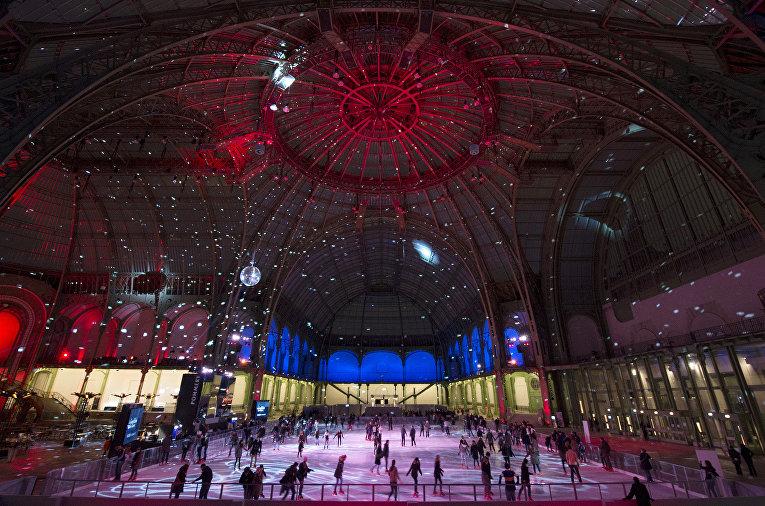 Каток под стеклянной крышей Grand Palais в Париже