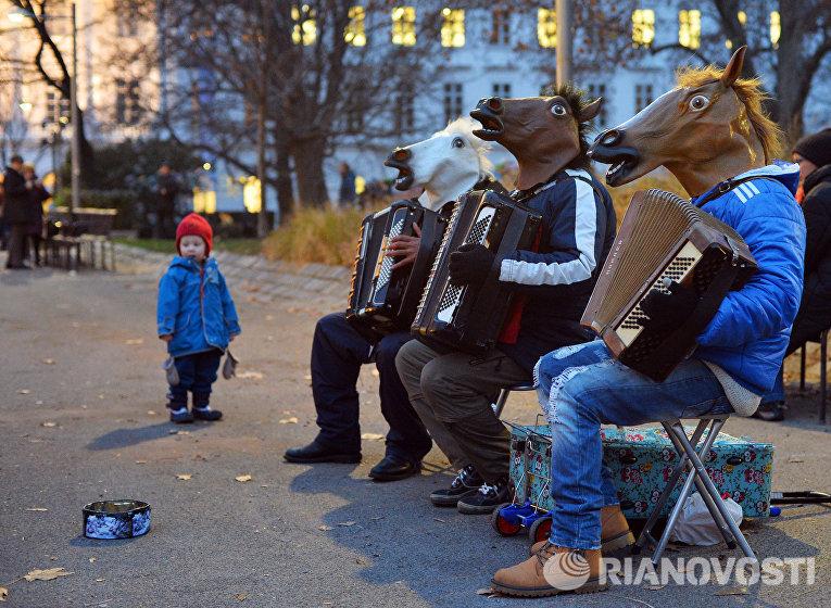 Уличная музыкальная группа выступает на рождественской ярмарке на улице Карлсплац в Вене