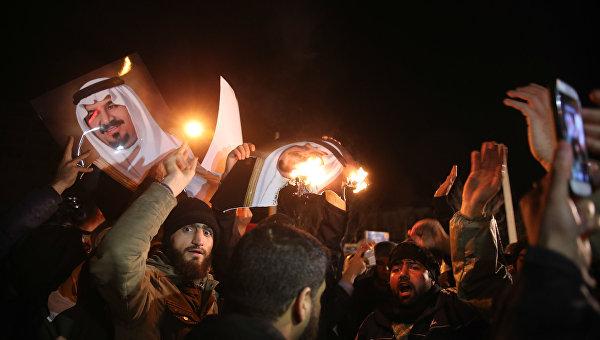 Протестующие у здания посольства Саудовской Аравии в Тегеране. Архивное фото