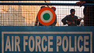 Сотрудники индийской службы безопасности на авиабазе в Патханкоте в штате Пенджаб. Архивное фото