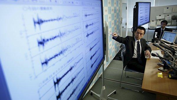 Представитель Японского метеорологического агентства демонстрирует показания сейсмографов после испытания водородной бомбы в КНДР, 6 января 2016