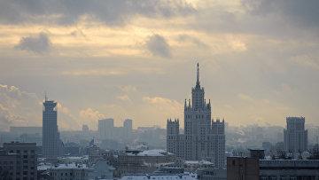 Вид на Swissotel Красные Холмы (слева) и высотное здание на Котельнической набережной (справа) в Москве. Архивное фото