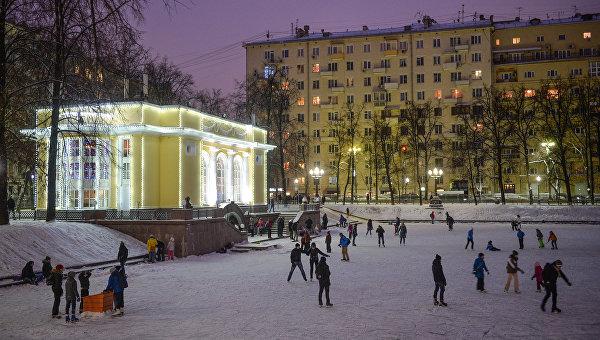 Люди катаются на коньках на Патриарших прудах в Москве. Архивное фото