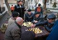 Мужчины играют в шахматы в Приморском парке Севастополя