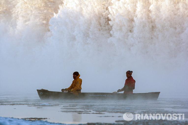 Инструкторы туристического комплекса Карьяла Парк плывут на каноэ по реке Шуя
